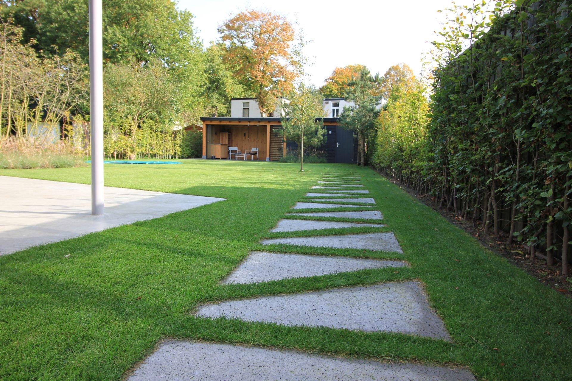 Pad door de tuin naar overdekt terras Bilthoven Jeroen Hamers