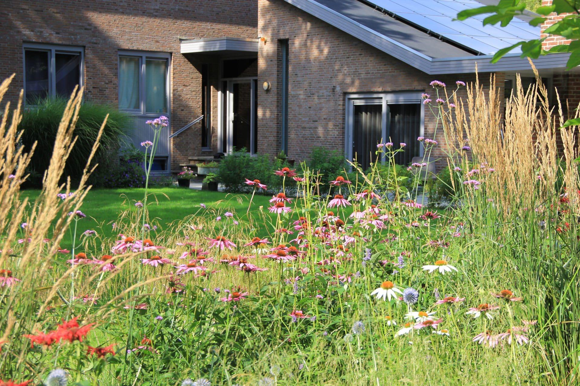Zicht vanaf tuin op woonhuis Jeroen Hamers