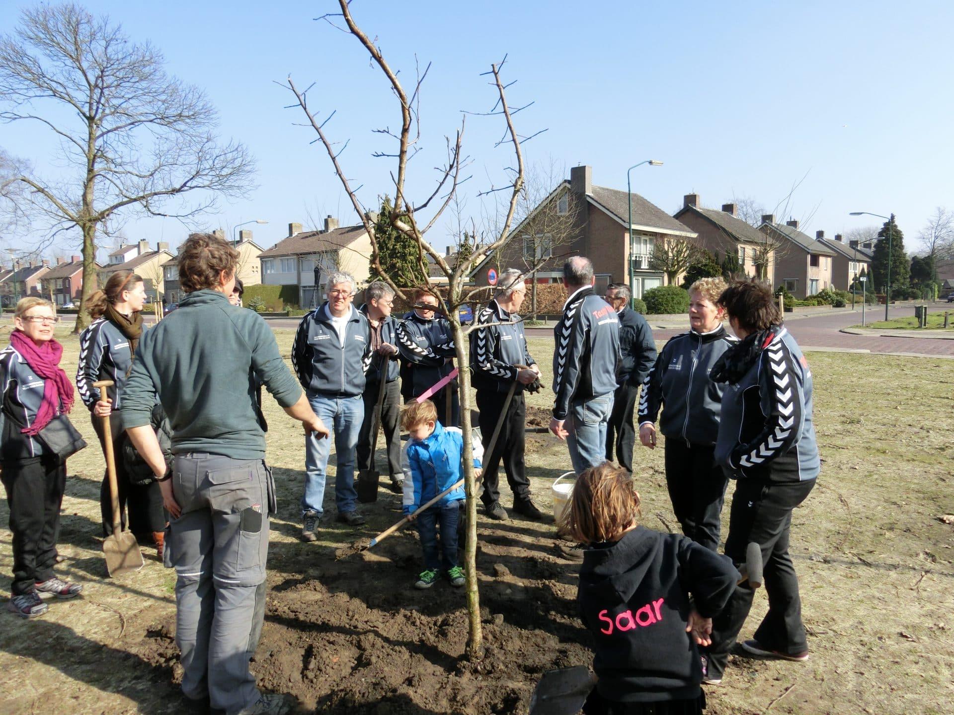 boomplantdag met gezondheidsteam en bewoners